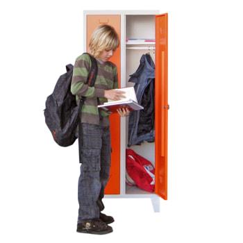 Beispielabbildung Garderobenschrank für Schulen, hier in der Ausführung mit Drehriegel und Füßen, Korpus in Lichtgrau (RAL 7035) und Front in Reinorange (RAL 2004)