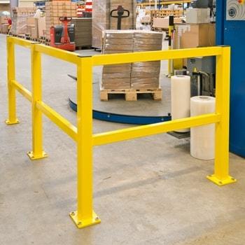 Anwendungsbeispiel Rammschutz-Geländer System Profi, bestehend aus 2 x Anfangs-/Endpfosten, 1 x Mittelpfosten, 1 x Eckpfosten und 6 x 1,2 m Querbalken