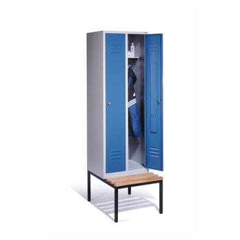 Abbildung zeigt Schrank mit der Türfarbe Lichtblau (RAL 5012) und Sitzleisten aus Hartholz - Schrankinhalt nicht im Lieferumfang enthalten